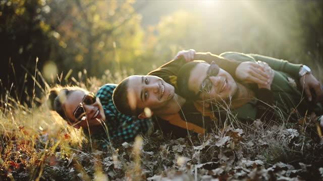 vídeos y material grabado en eventos de stock de amigos lying on grass - tumbado boca abajo