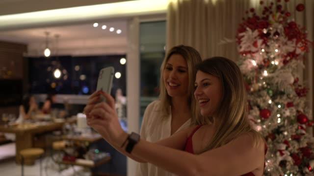 vänner som gör en videochatt under julfirandet - vifta bildbanksvideor och videomaterial från bakom kulisserna