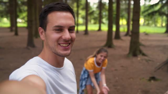 vídeos y material grabado en eventos de stock de amigos haciendo recuerdos de acampadas comunes - 20 24 años
