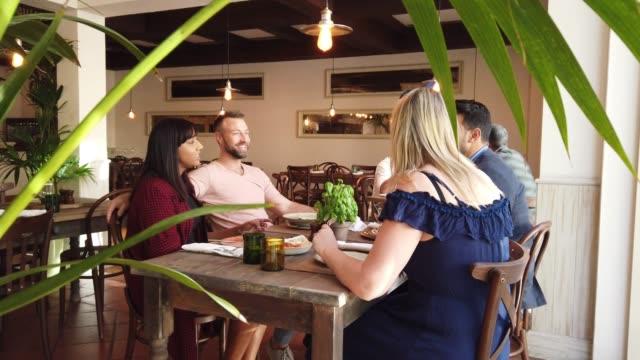 vídeos y material grabado en eventos de stock de reunión de amigos en un restaurante italiano en dubai - italian food
