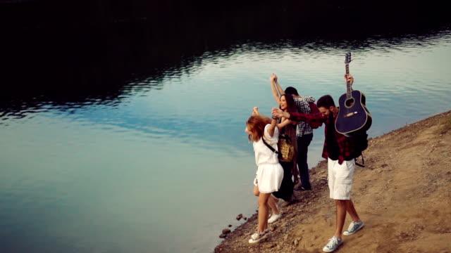 vidéos et rushes de amis sur un voyage de camping au lac - cinq personnes