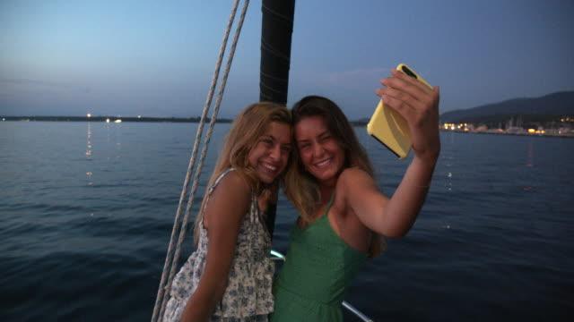 vídeos de stock e filmes b-roll de friends on a sailing boat - riqueza