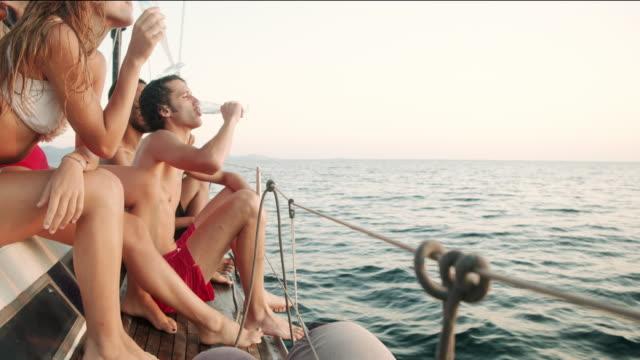 vídeos de stock e filmes b-roll de friends on a sailing boat - 20 24 anos