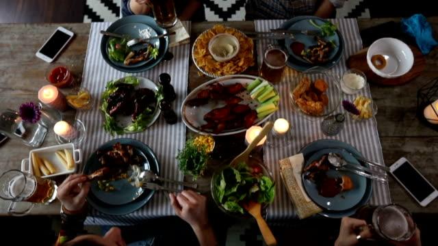 freunde auf doppel-date, trinken und essen im restaurant, ansicht von oben - gegrilltes huhn stock-videos und b-roll-filmmaterial