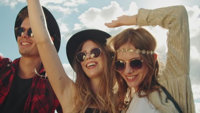 vídeos de stock e filmes b-roll de friends on festival - festival de música