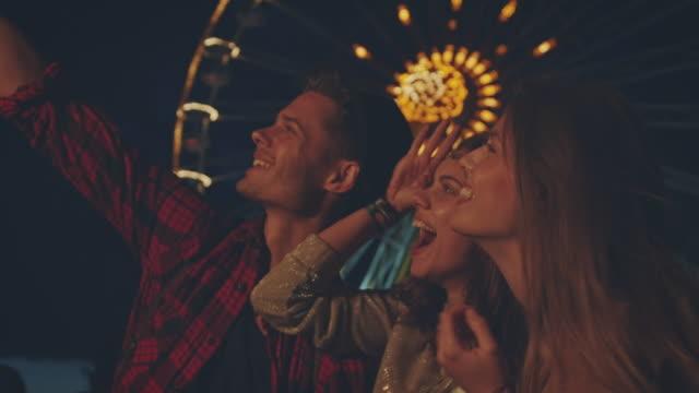 vídeos de stock e filmes b-roll de friends on festival - cultura jovem