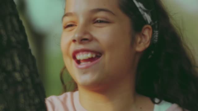 vídeos de stock, filmes e b-roll de amigos ao ar livre - pátio de escola