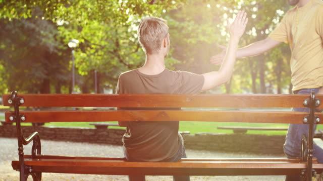 vídeos de stock e filmes b-roll de friends on park bench - banco assento