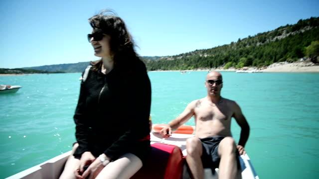 stockvideo's en b-roll-footage met vrienden op de waterfiets - waterfiets