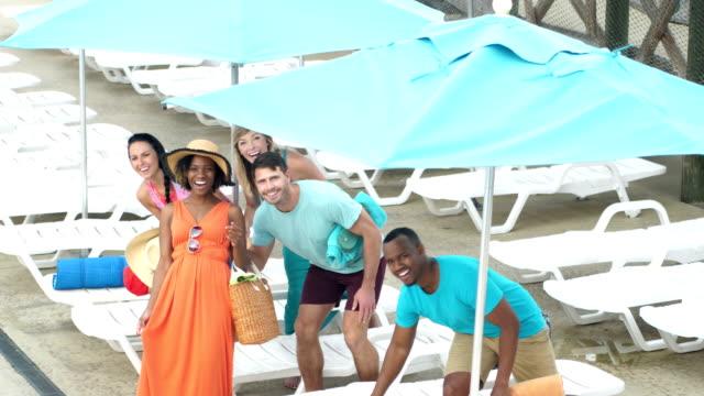 vidéos et rushes de amis sur la terrasse de la piscine chercher ensemble - robe d'été
