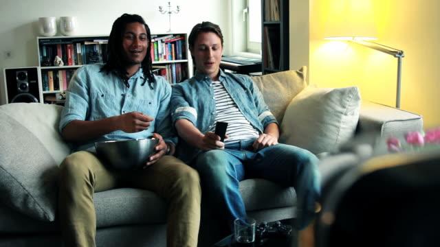 Amis sur le canapé en regardant la télévision