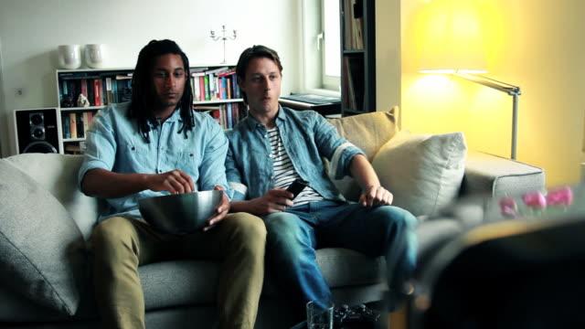 Freunde auf sofa vor dem Fernseher