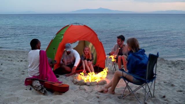 vídeos y material grabado en eventos de stock de amigos en el camping de verano - marshmello