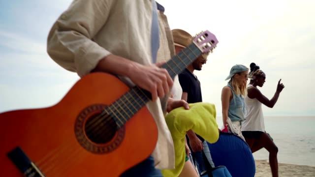vídeos de stock, filmes e b-roll de amigos em férias de verão - carrying