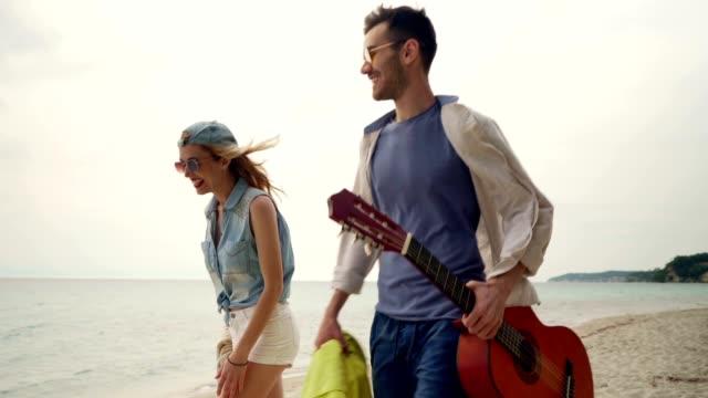 vídeos de stock, filmes e b-roll de amigos em férias de verão - toalha de praia