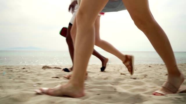 vidéos et rushes de amis sur des vacances d'été - vue latérale