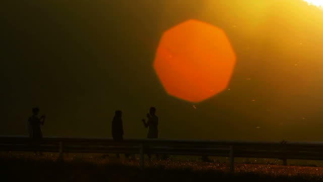 vídeos de stock, filmes e b-roll de amigos na estrada quando o pôr-do-sol - ângulo agudo