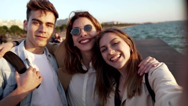 freunde im urlaub machen erinnerungen - griechenland stock-videos und b-roll-filmmaterial