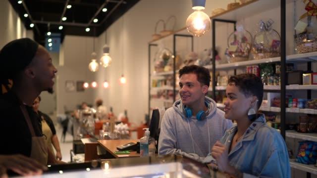 amici che ordinano in caffetteria - cheerful video stock e b–roll