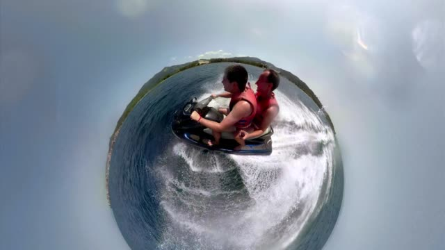 amici al mare che si godono le loro vacanze estive - acquascooter video stock e b–roll