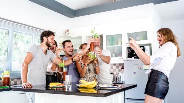 vídeos de stock, filmes e b-roll de grupo de amigos em casa - número 6