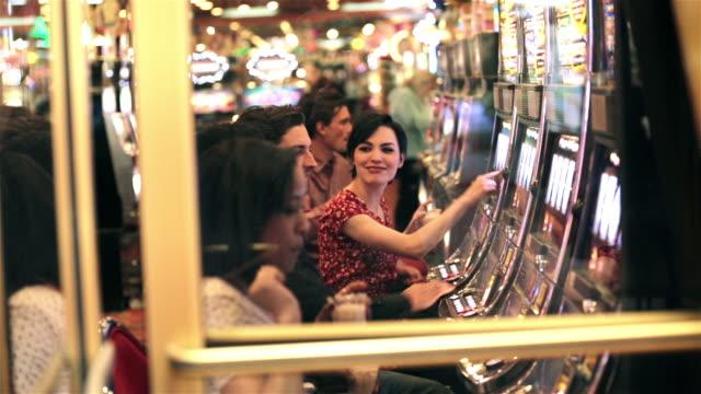 vídeos y material grabado en eventos de stock de friends play slot machines in las vegas casino - máquina con ranura