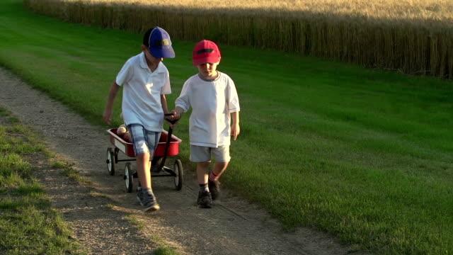 vídeos y material grabado en eventos de stock de amigos divertirse juntos en una carretera de campo - gorra de béisbol