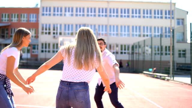 vidéos et rushes de amis jouant au basket-ball - activités de week end