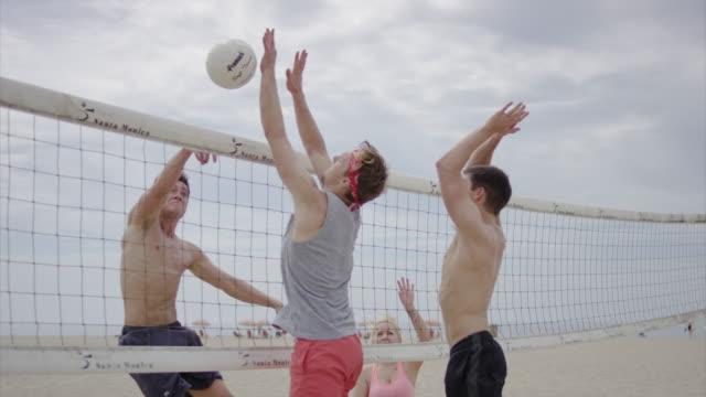 Freunde spielen Sie beach-volleyball