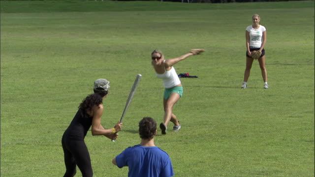 vídeos y material grabado en eventos de stock de ws, friends playing softball in park, sydney, australia - sófbol