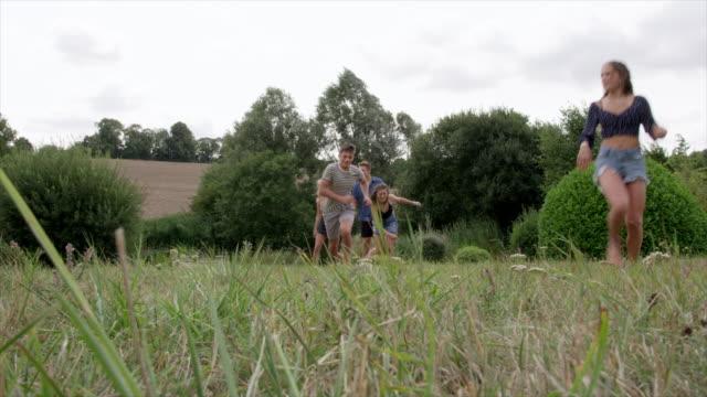 vídeos de stock, filmes e b-roll de friends playing tag - brincadeira de pegar