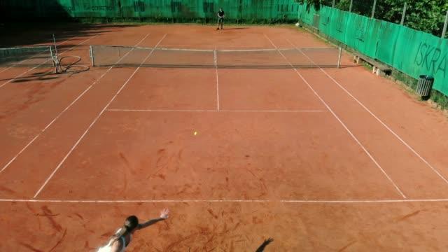 vidéos et rushes de amis, jouer au tennis en plein air - terrain de sport sur gazon