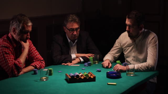 freunde spielen texas holdem in dunklen raum am wochenende - poker stock-videos und b-roll-filmmaterial