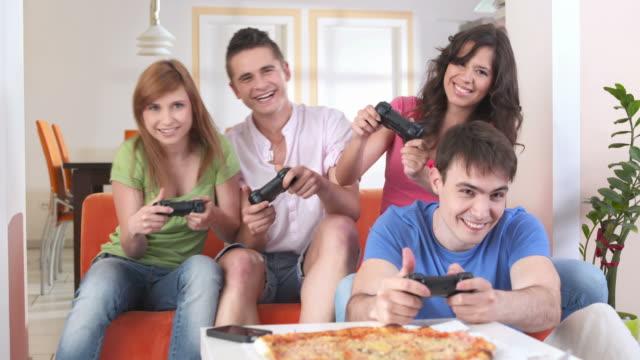 vídeos y material grabado en eventos de stock de dolly hd: amigos jugando videojuegos - habitación