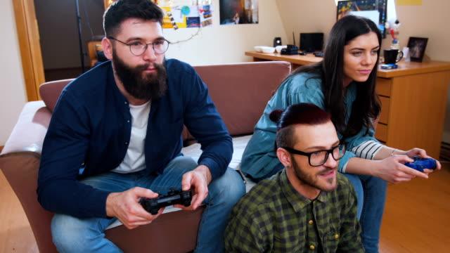 freunde spielen videospiele - freizeitaktivität stock-videos und b-roll-filmmaterial