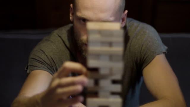 Freunde spielen mit dem Holz Spiel. Risiko-Metapher