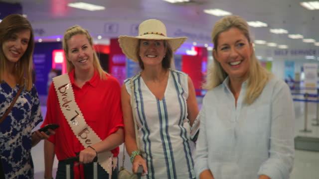 vídeos de stock, filmes e b-roll de amigos posando para foto no aeroporto - despedida de solteira