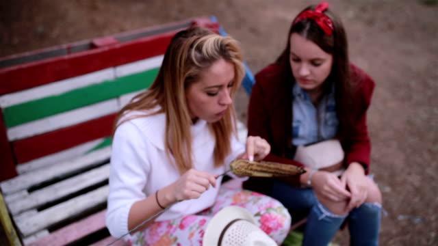 freunde, die frittierten mais nacht abends vorbereiten - keks stock-videos und b-roll-filmmaterial