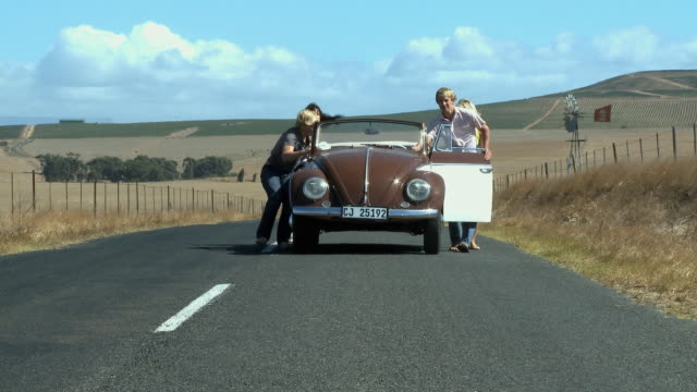 ws friends pushing car / cape town, south africa - schieben stock-videos und b-roll-filmmaterial