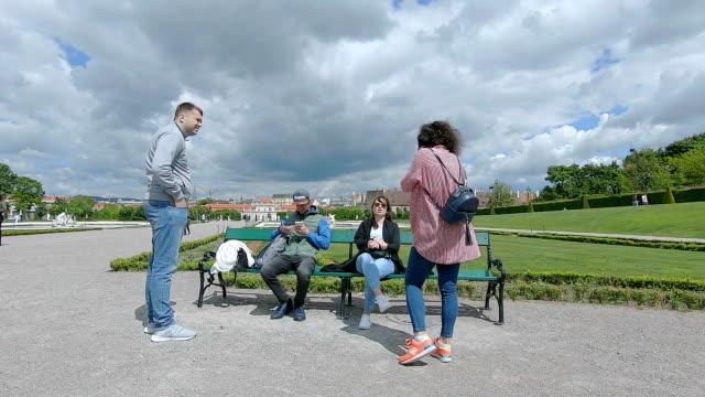 vídeos de stock e filmes b-roll de friends relax in the park. - banco assento