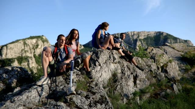 stockvideo's en b-roll-footage met vrienden ontspannen na een lange wandeling door de bergen - minder validen