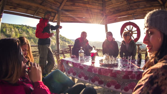 freunde ausruhen - tourist stock-videos und b-roll-filmmaterial