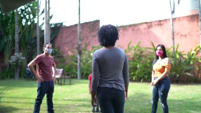vídeos de stock e filmes b-roll de friends reunited and talking in the backyard - vizinho