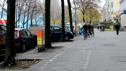 vídeos y material grabado en eventos de stock de amigos, andar en bicicleta en la acera en la ciudad de - cuatro personas