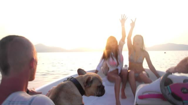 vídeos de stock e filmes b-roll de amigos andar lancha 4 k - barco a motor embarcação de lazer
