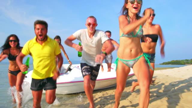 vidéos et rushes de amis courir sur la plage, 4 k - vie sociale