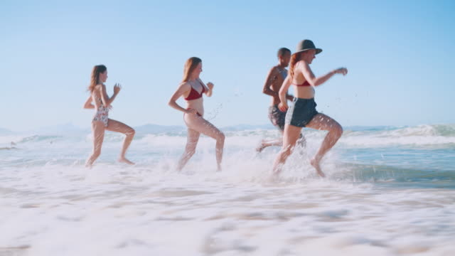ご友人を実行ビーチに - 水着点の映像素材/bロール