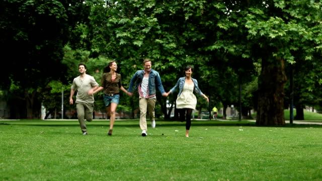 ご友人とご一緒にランニング公園 - public park点の映像素材/bロール