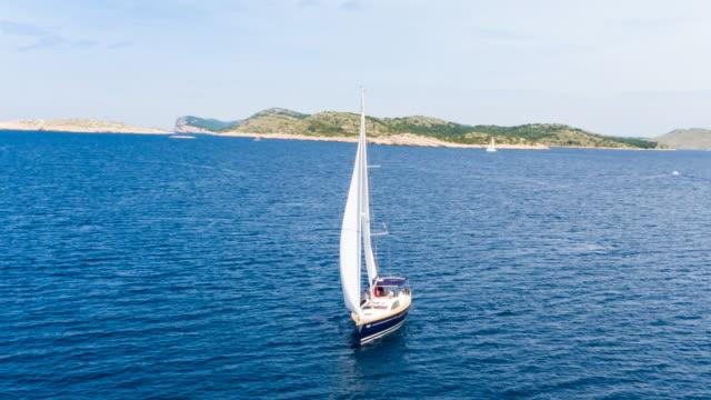 ws ha friends sailing in mediterranean sea on modern yacht - 地中海点の映像素材/bロール