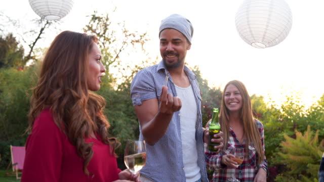 Freunde teilen ein Marihuana-Gelenk auf party